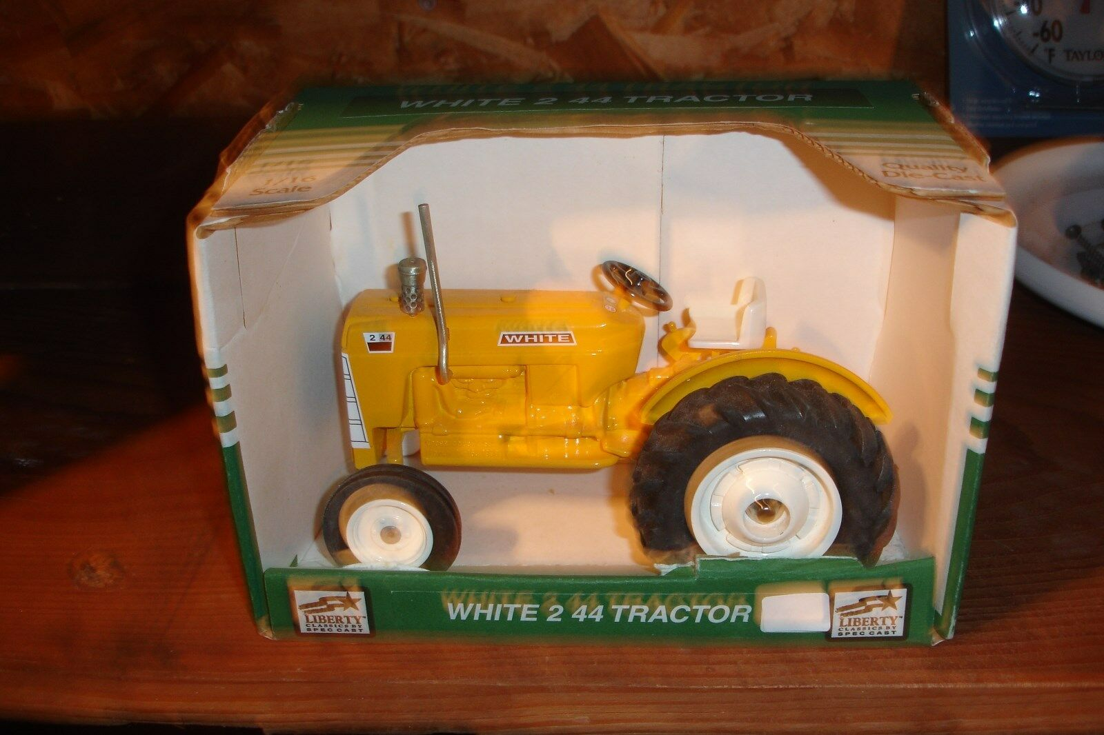1 16 White 2  44 Tractor Crossroads Show - mint, new in the box