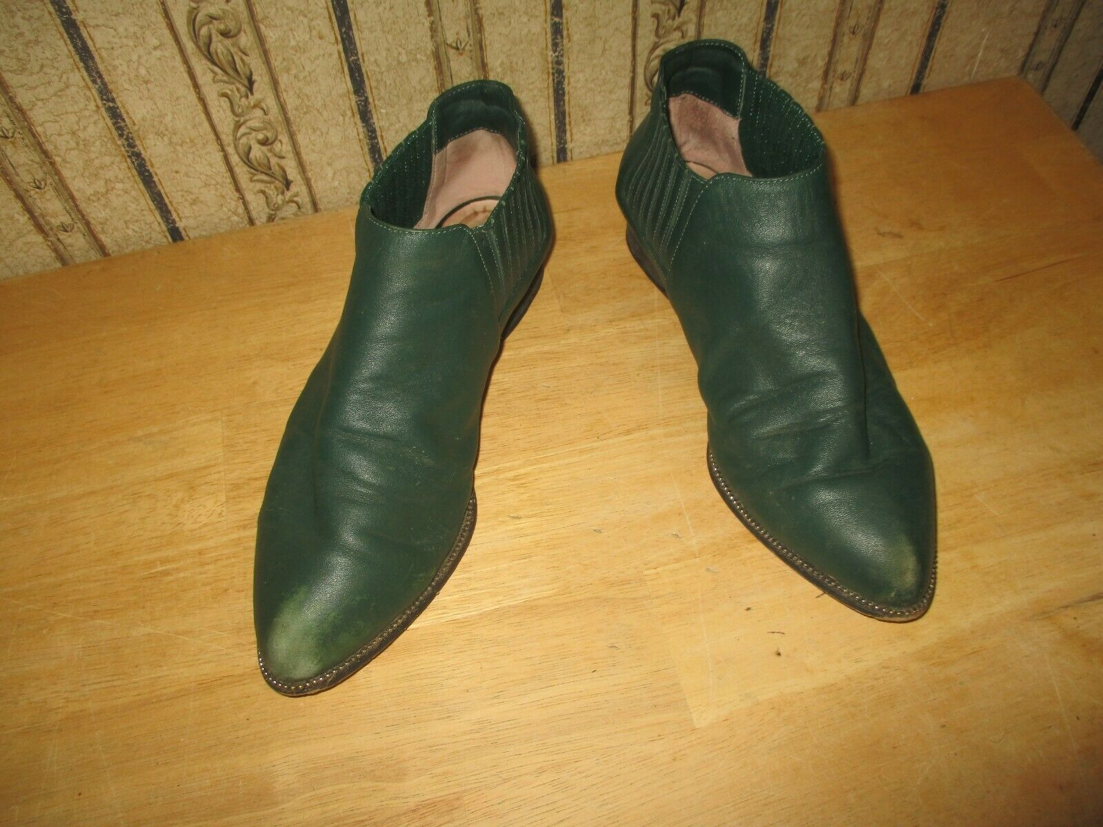 EUC women's SENSO DIFFUSION  green leather ankle bootie - size 39   BEYRL