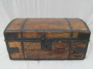EARLY-ANTIQUE-19TH-CENTURY-LEATHER-amp-HYDE-COVERED-STAGECOACH-TRUNK-CHEST-BOX