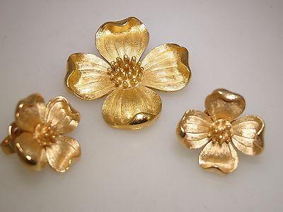 VINTAGE 1960'S CROWN TRIFARI BRUSHED GOLD TONE DOGWOOD PIN & EARRINGS SET!