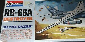 Monogram-US-Air-Force-RB-66A-Destroyer-034-Razzle-Dazzle-034-1-72-Airplane-Kit-1967