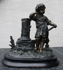 Engel beim Lesen. Metall auf Holzsockel. ca. 1900. Leicht beschädigt.