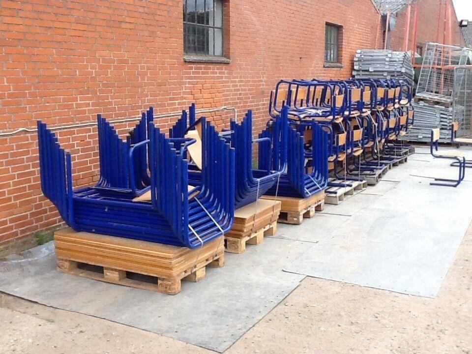 Kantinemøbler 17 blå borde/68 blå stole