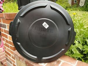 c696bdaab7e Box of 6 BRUTE® Round Flat Trash Can Lid Top 32 gallon Black ...
