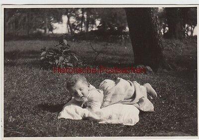 (f12797) Orig. Foto Kleinkind Liegt Auf Der Wiese 1930er