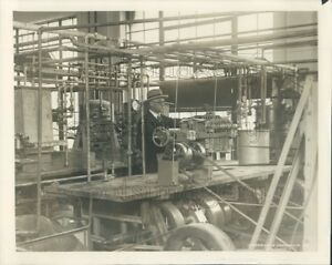 1926-Press-Photo-Technician-in-1920s-Sugar-Laboratory