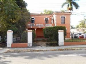 Casona Histórica en La Avenida Colón, Gran Terreno en Esquina