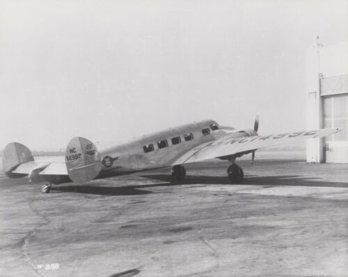 DELTA AIR LINES LOCKHEED ELECTRA SHIP 22 BLACK /& WHITE 8 X 10 PARKED RH