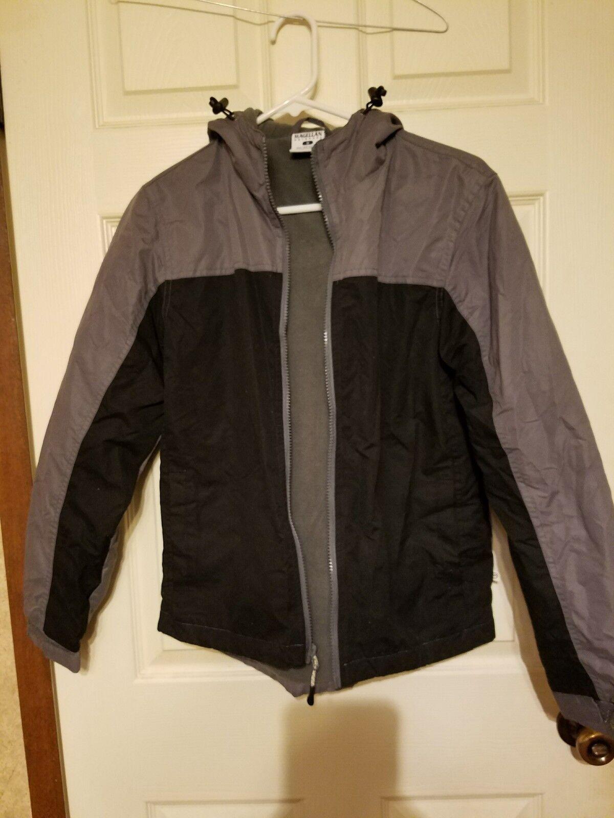Magellan Outdoor Grey und eine schwarze Kapuzenjacke
