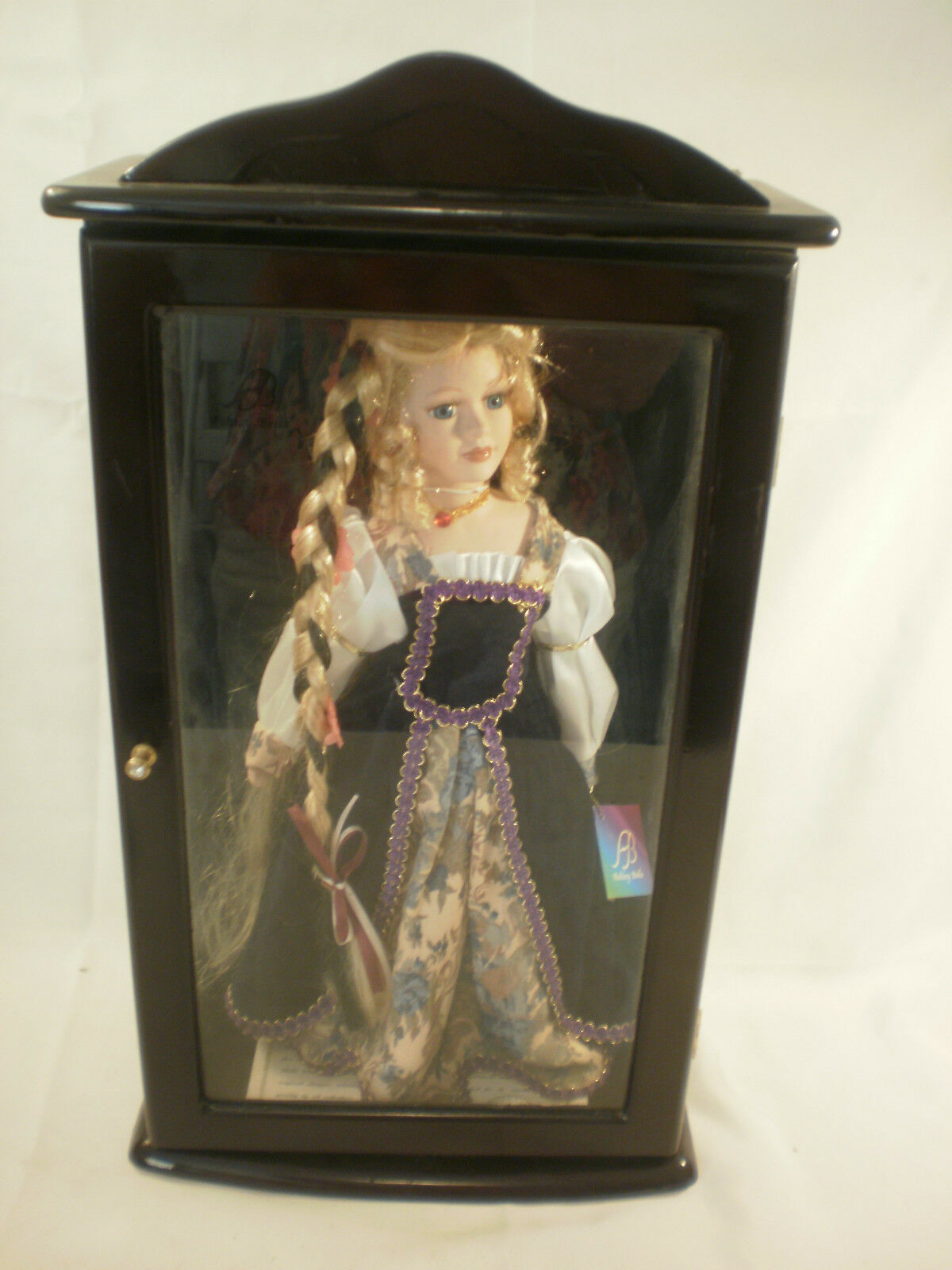 Ashley Belle Collectibles bambola In Wooden Case  Holly   MG651  ecco l'ultimo