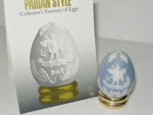 FRANKLIN-MINT-PARIAN-STYLE-PORCELAIN-EGG-WITH-STAND-AND-BOOKLET