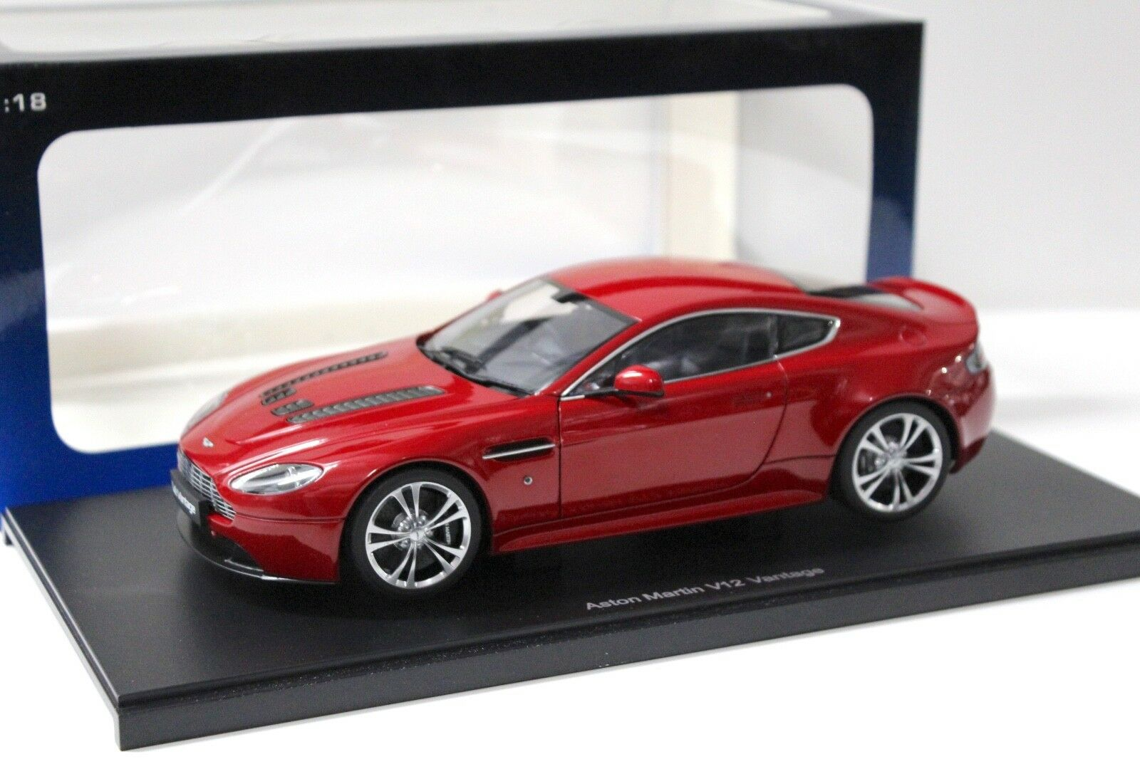 1:18 Autoart ASTON MARTIN VANTAGE v12 COUPE RED NEW in Premium-MODELCARS