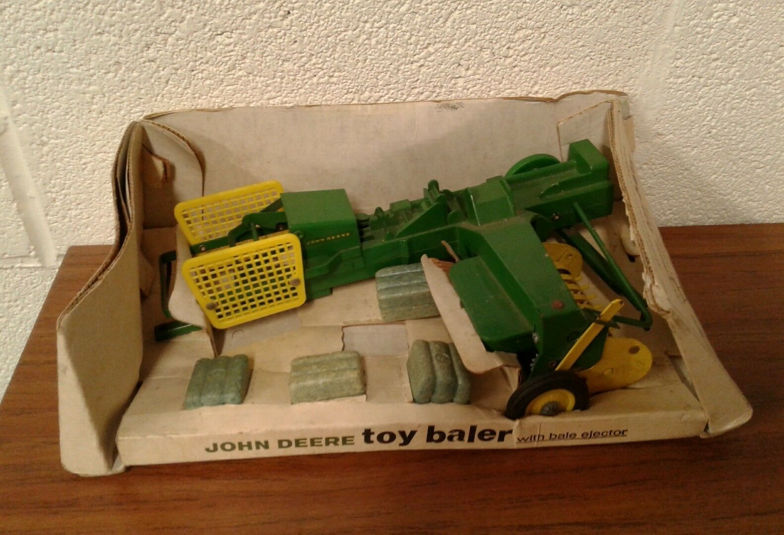 1 16 JOHN DEERE 24T BALER in BUBBLE BOX ERTL Vintage Farm Toys JD