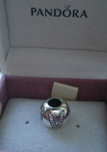 BRAND-NEW-GENUINE-AUTHENTIC-PANDORA-SURROUNDED-BY-LOVE-CHARM-BEAD