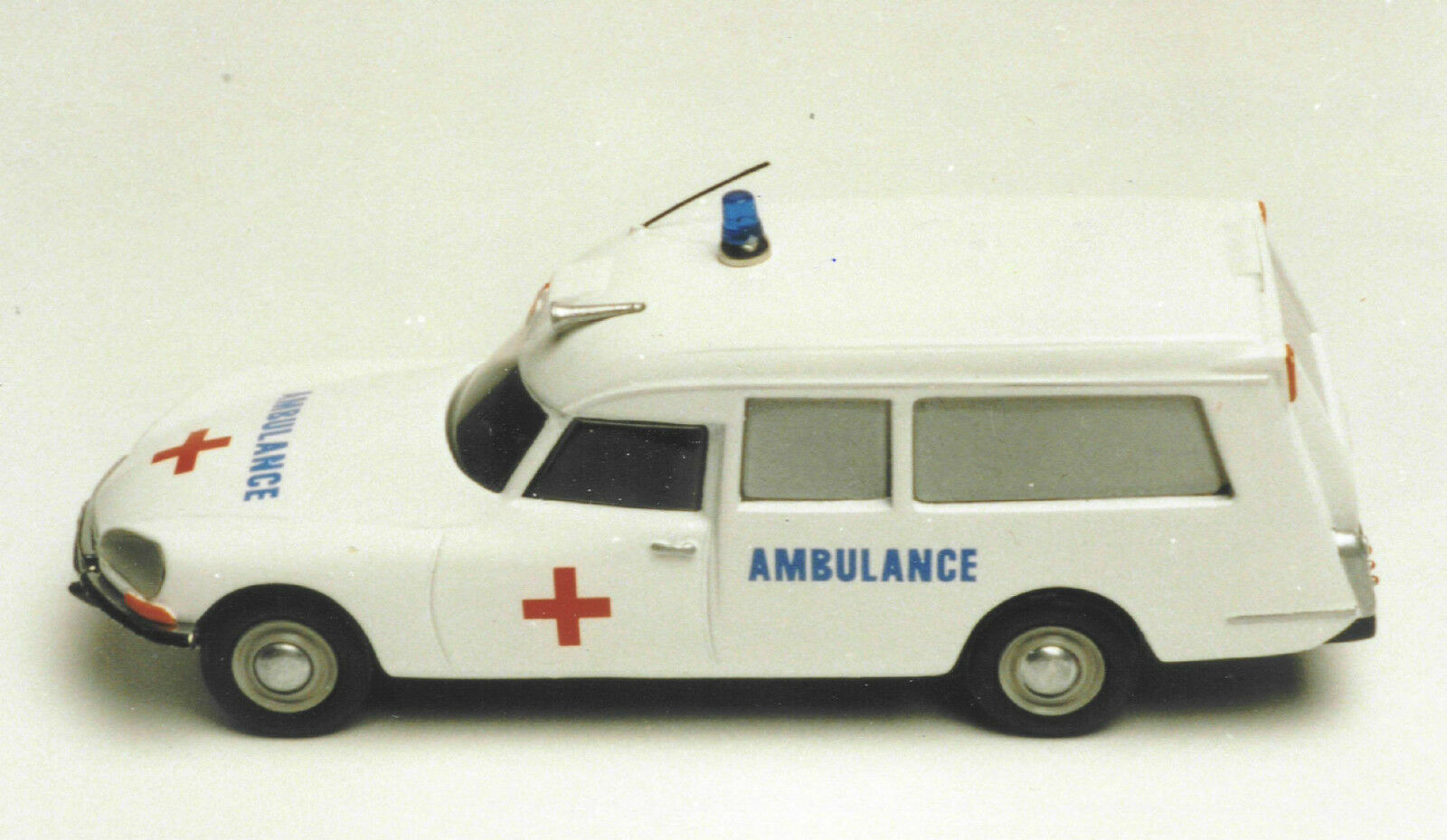 CITROEN  DS  21  AMBULANCE  VROOM VROOM VROOM   KIT  PEINT  A   MONTER  1 43 89a8c2