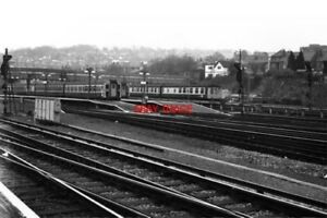 PHOTO-1980-GUILDFORD-RAILWAY-STATION-SURREY-TWO-ELECTRIC-AND-ONE-DIESEL-MECHANI