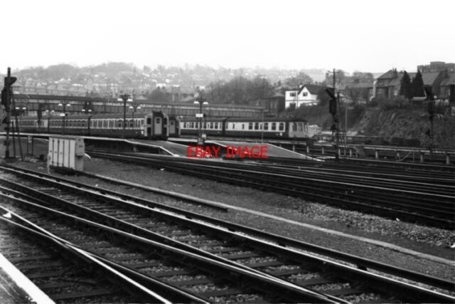 PHOTO  1980 GUILDFORD RAILWAY STATION SURREY TWO ELECTRIC AND ONE DIESEL-MECHANI