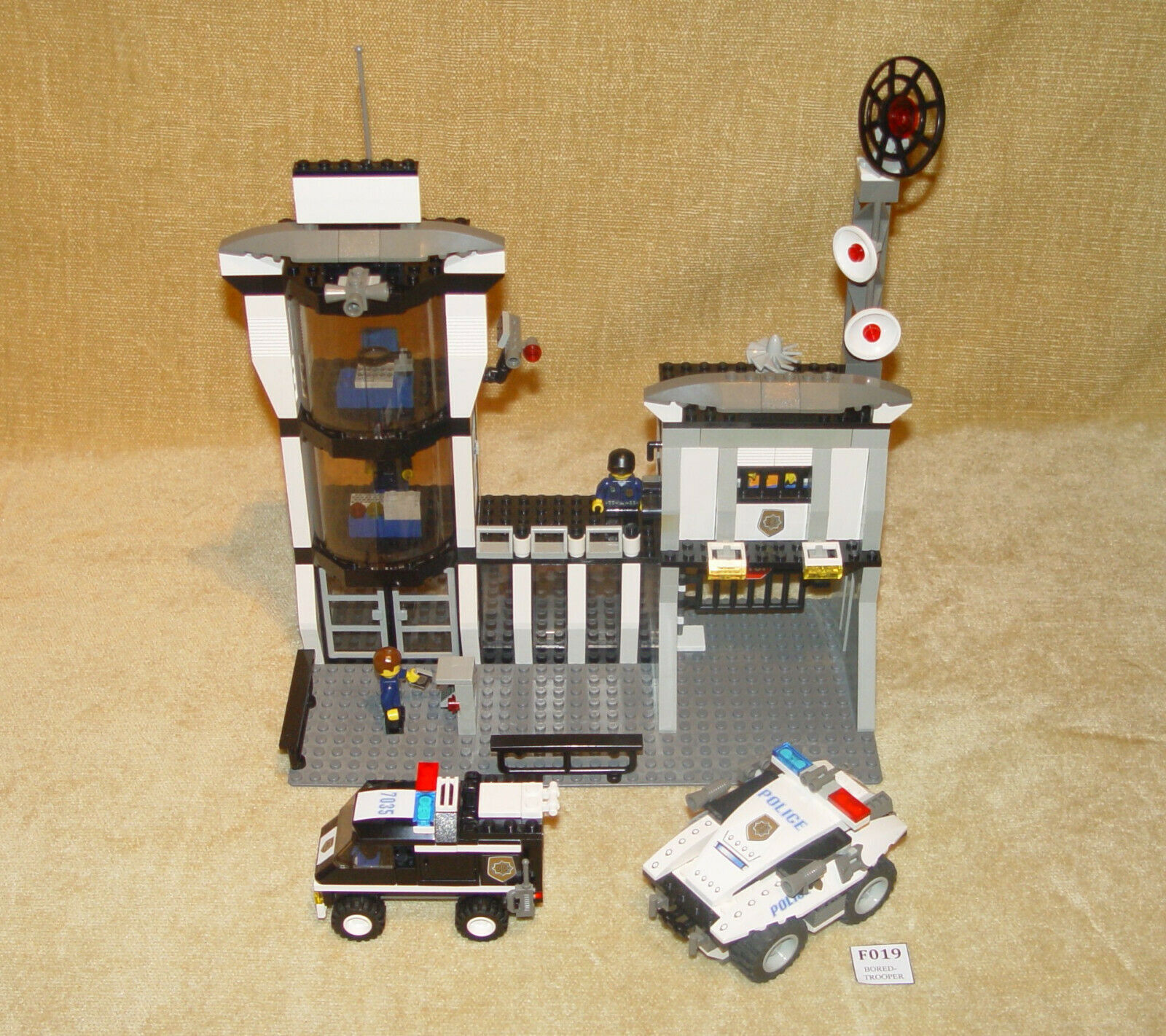 LEGO Sets  World City  Police  7035-1 Police HQ (2003) 100% w MINIFIGURES Cops