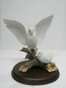 VTG-1985-HOMCO-MASTERPIECE-PORCELAIN-WHITE-DOVES-FIGURINE-with-SOLID-WOODEN-BASE