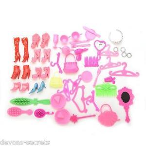 50 X Paquete Niñas Juguete Muñeca Barbie Accesorios Zapatos Perchas Bolsas Tiara Set bc35