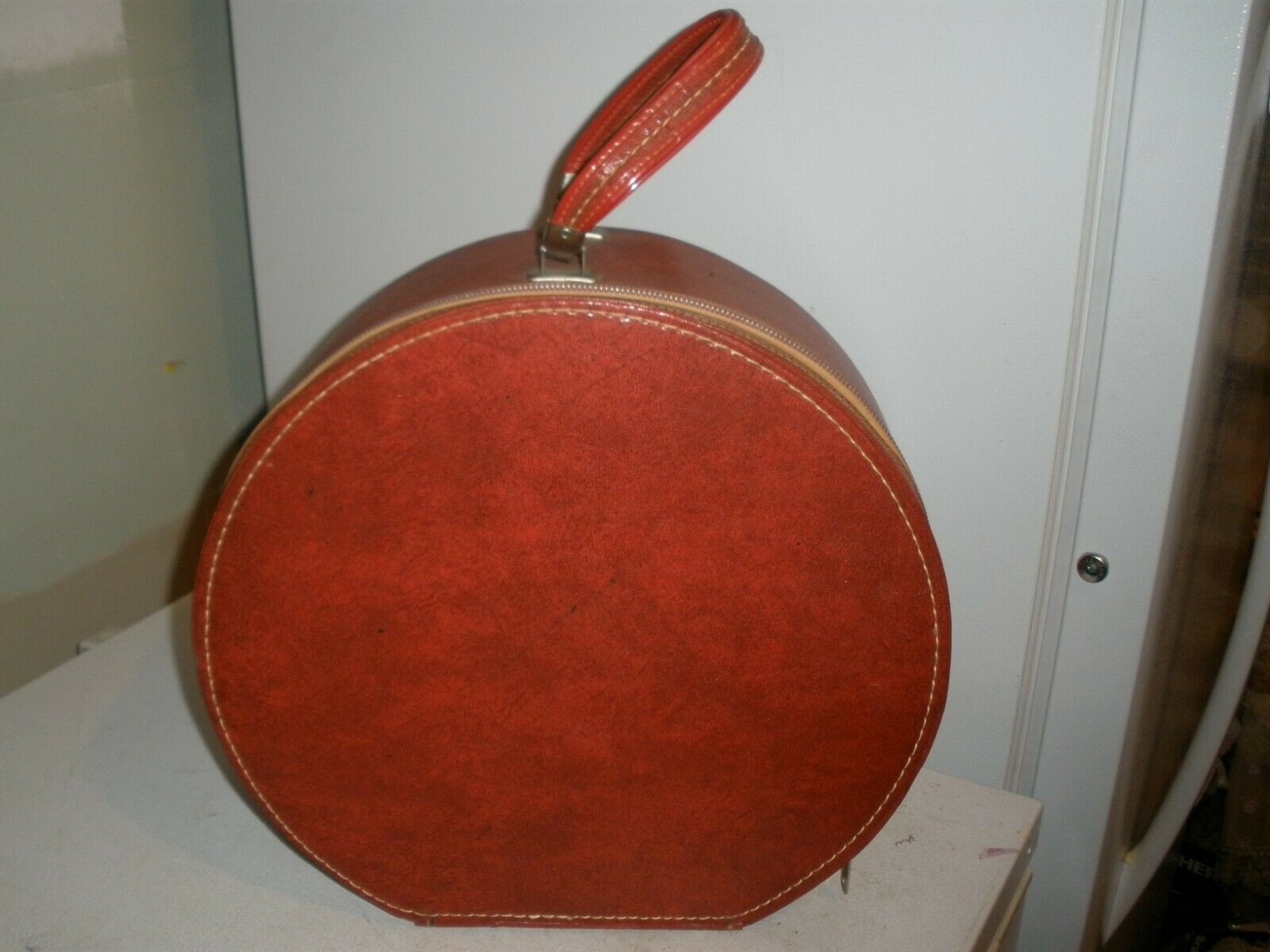 Vintage Travins rouge Zipper Train Case Hat Box with Handles 15  x 15  x 6.5   (H)