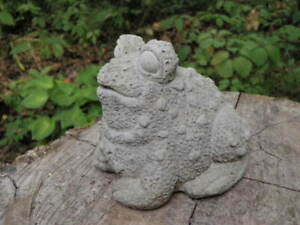 4-034-Cement-Frog-Toad-Garden-Art-Concrete-Statue-Lawn-Ornament-Warty-Looking