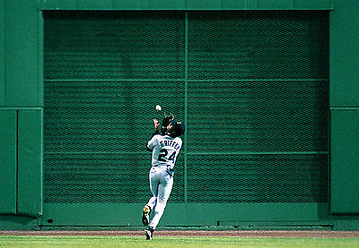 YOUNG KEN GRIFFEY JR  MARINERS  MAKES GREAT OVER THE SHOULDER CATCH 8X10 REDS