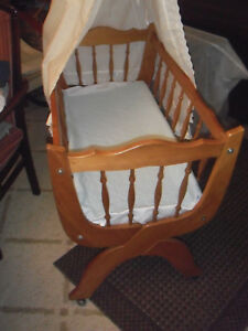 Babybett-mit-Rollen-Naturholz-mit-Vorhang