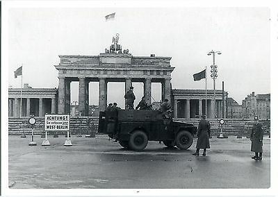 AK BERLIN Mauer am Brandenburger Tor britischer Panzerspähwagen Schupos 1962