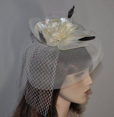 Fascinator Haarclip mit Netz Federn Satin Blume Hochzeit Haarschmuck IVORY CREME