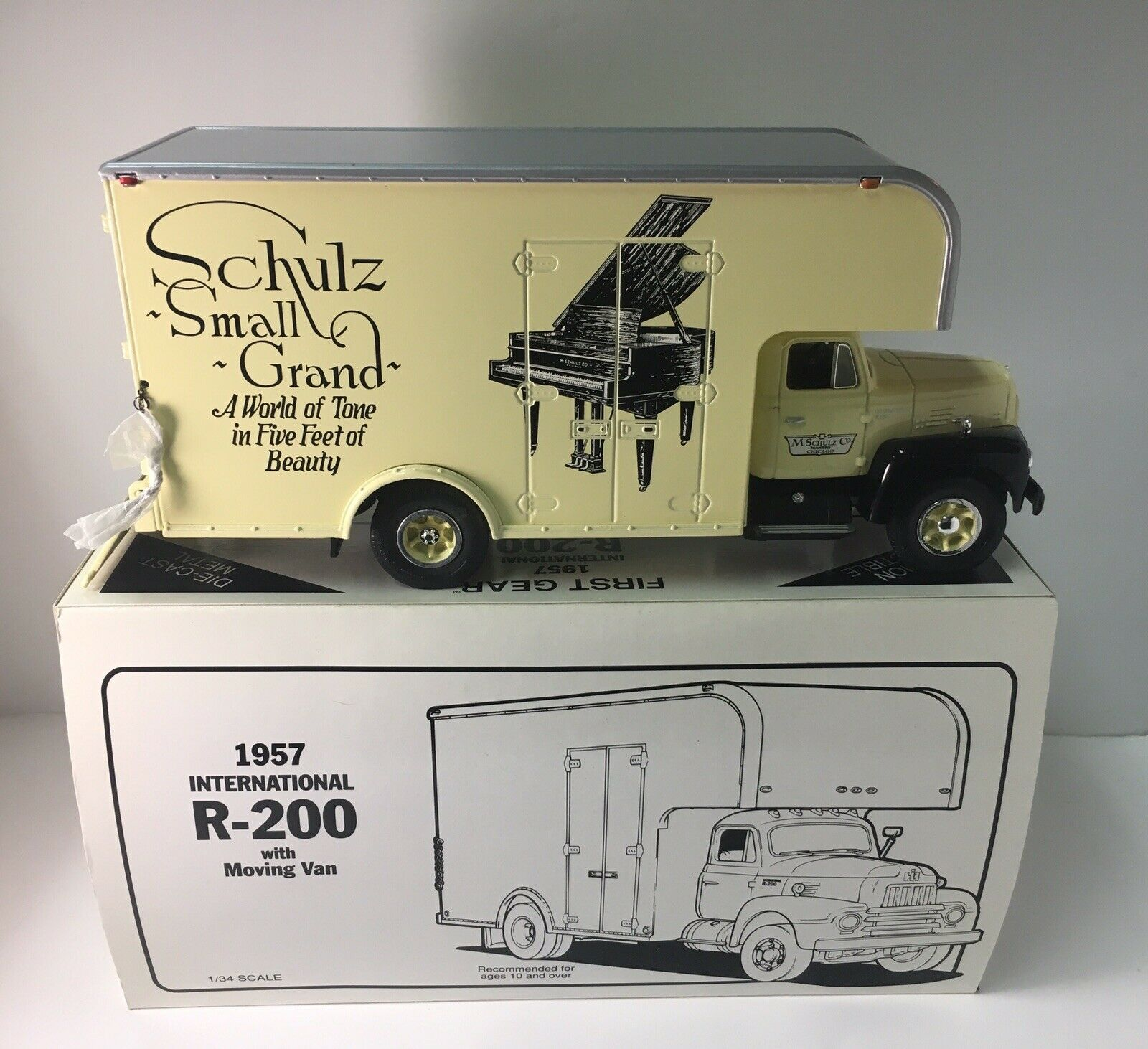 First Gear 1957 International R-200 Moving Van M. SCHULZ Co. PIANOS Nº 19-1332