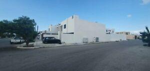 Casa sobre Av. Principal y en esquina de amplios espacios en Las Américas II