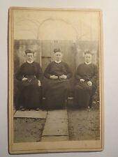 3 Geistliche in Kluft sitzen vor einer Tür - Priester ? Pastor ? Bischof ? / KAB