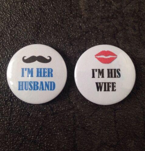 """Son /& ses insignes 25mm//1/"""" bouton badges marié mariage équipe mariée femme mari"""