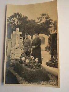 Soldat-in-Uniform-amp-Frau-auf-Friedhof-Grab-Familie-Schaefer-Foto