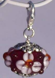 Charm-Anhaenger-Lampwork-Perle-Glas-Blume-Flower-rot-weiss-Armband-AH288
