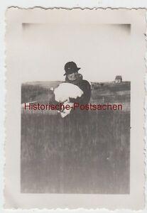 (f12788) Orig. Photo Femme Avec Le Lapin Sur Le Bras En Plein Air 1934-afficher Le Titre D'origine Soyez Astucieux Dans Les Questions D'Argent