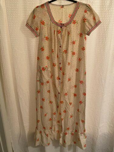 Vintage Komar daisy yellow sleeveless nightie and matching short sleeved robe set!