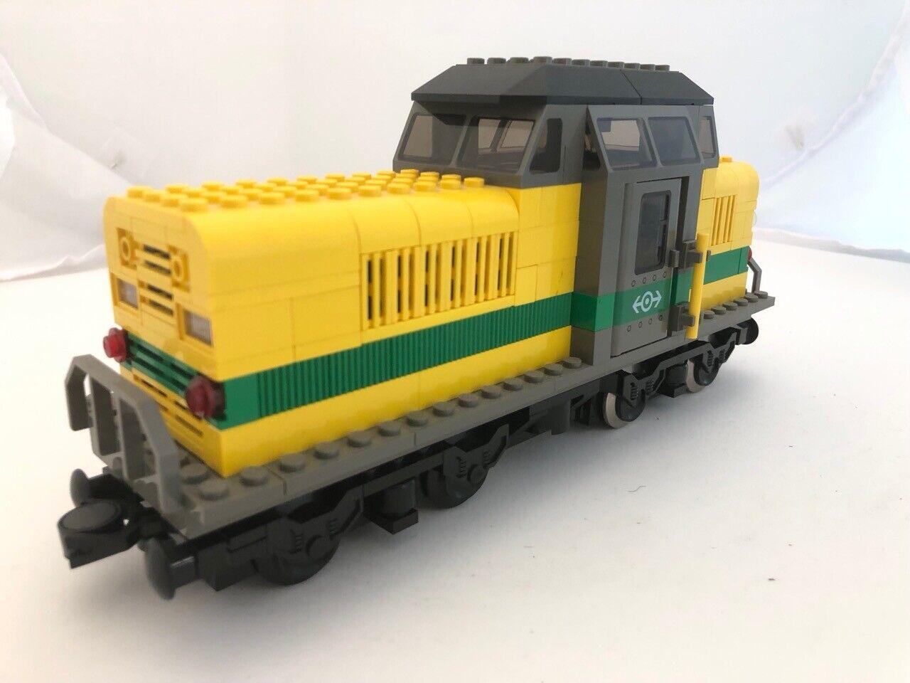 LEGO MOC gelbe 9 V E-Lok 8 x 28 mit 590-Motor gelb