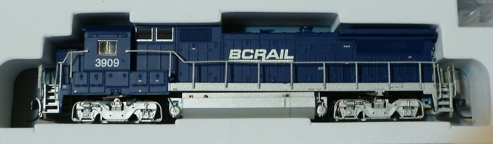 Atlas N   40000500 Ge Dash 8-40b w dcc-Master (R) -- Bc FerroCocheril   3909 (Azul, blancoo,