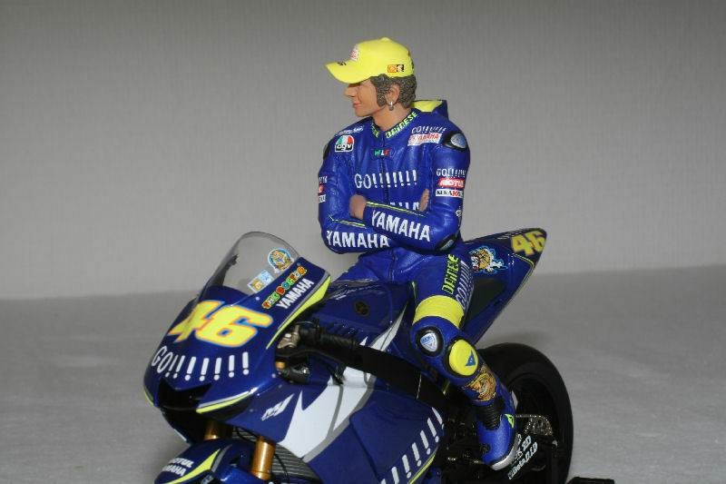 MINICHAMPS 312 050046 FIGURE SITTING ARMS FOLDED Valentino ROSSI MotoGP 2005