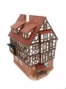 Grosses-Fachwerkhaus-mit-Uhr-und-Erker-BELEUCHTET-Spur-N-C1059