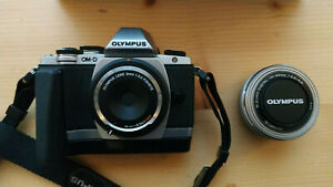 fotocamera mirrorless Olympus OM-D E-M10 + 14-42mm + lente olympus 9mm