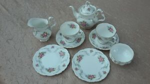 SERVICE-A-THE-PORCELAINE-ANGLAISE-ROYAL-ALBERT-MODELE-TRANQULITY-7-PIECES