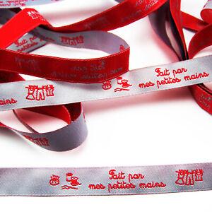 RUBAN - FAIT PAR MES PETITES MAINS - TEXTE TISSE ROUGE S/RUBAN GRIS 13mm x 1m