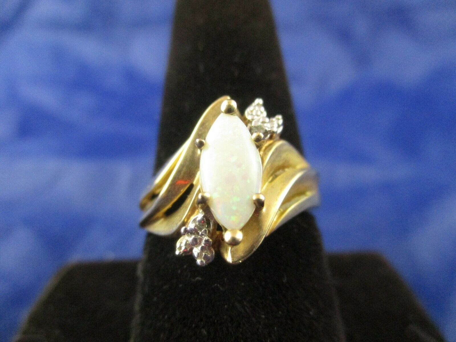 Vintage 10K Yellow gold Opal Ring.       Size 7.5       (MARKED 10K)