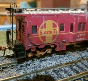Athearn-Santa-fe-Weathered-HO-caboose-patched-RTR-bay-window-custom-HO-scale