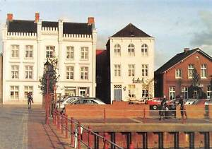 Am-alten-Hafen-in-Weener-Auto-Cars-Statues-Pension-Shops-Commerce