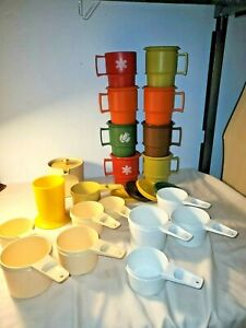 32-Piece-LOT-VINTAGE-Harvest-and-Christmas-plus-measuring-cups