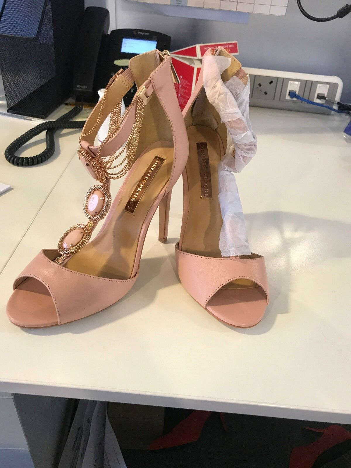 "Perfect party party party Never Been Worn ""Forever Unique"" Pink Nude Sandals, size 6 53064a"